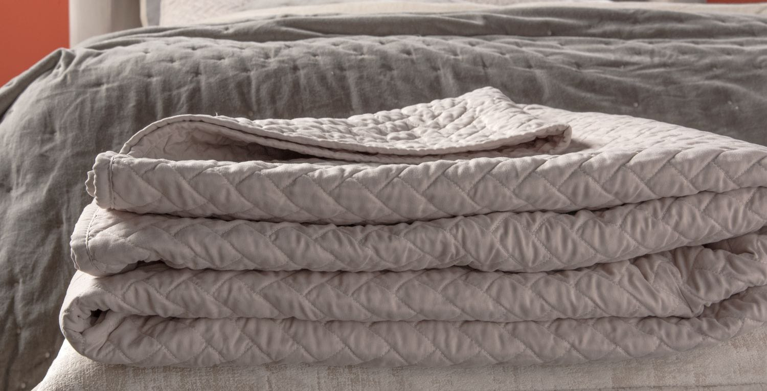 Accent and Occasional Furniture - Giavonna Queen Quilt - Plum